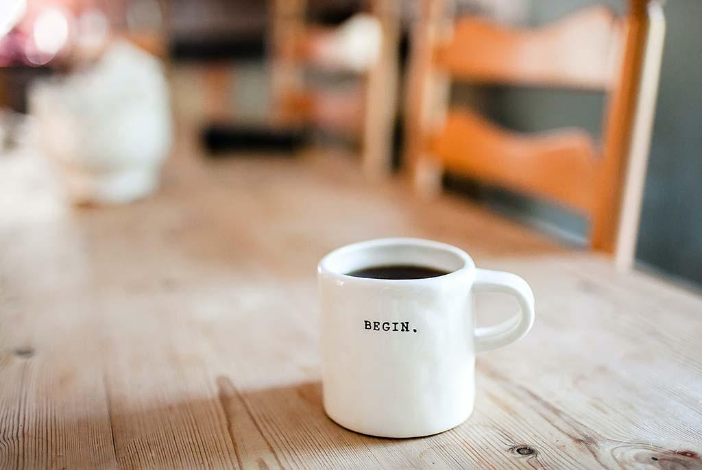 Kaffetasse mit der Aufforderung FANG AN! als Aufschrift.
