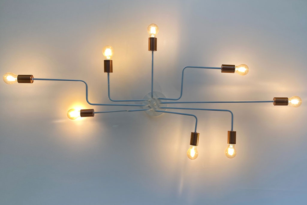Ein Netzwerk aus Birnen, die eine attraktive Lampe abgeben.